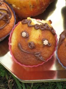 un cupcake souriant à base de gâteau au yaourt