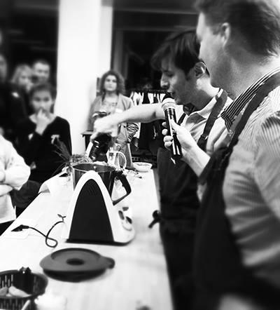 Gregory Cuilleron en cuisine à l'agence Lyon Thermomix